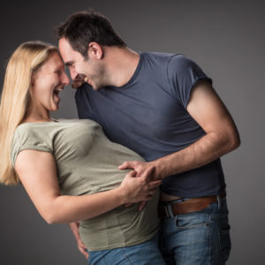 gelukkig zwanger koppel