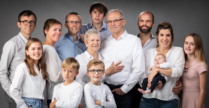 grote familiefoto met grootouders, kinderen en kleinkinderen in studio