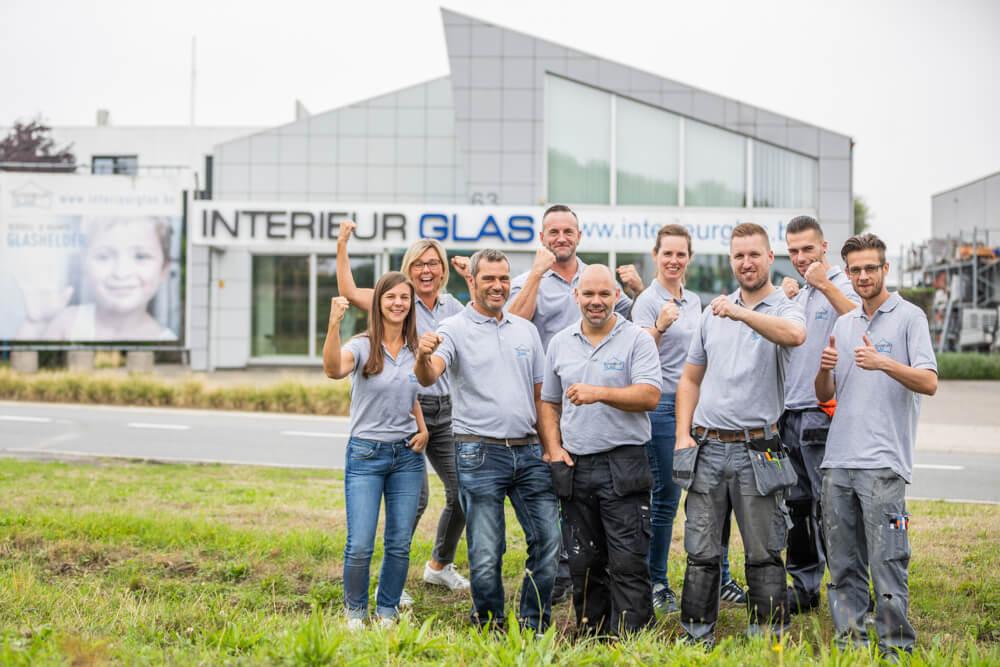 Groepsfoto bedrijf buiten interieurglas