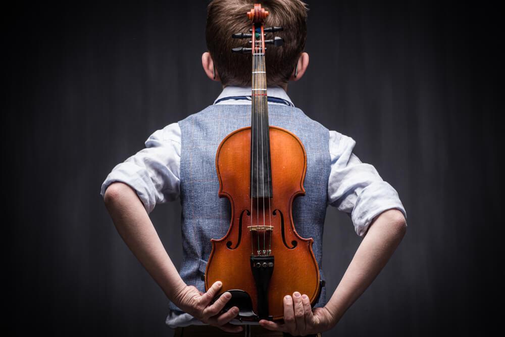 Viool op rug van violist