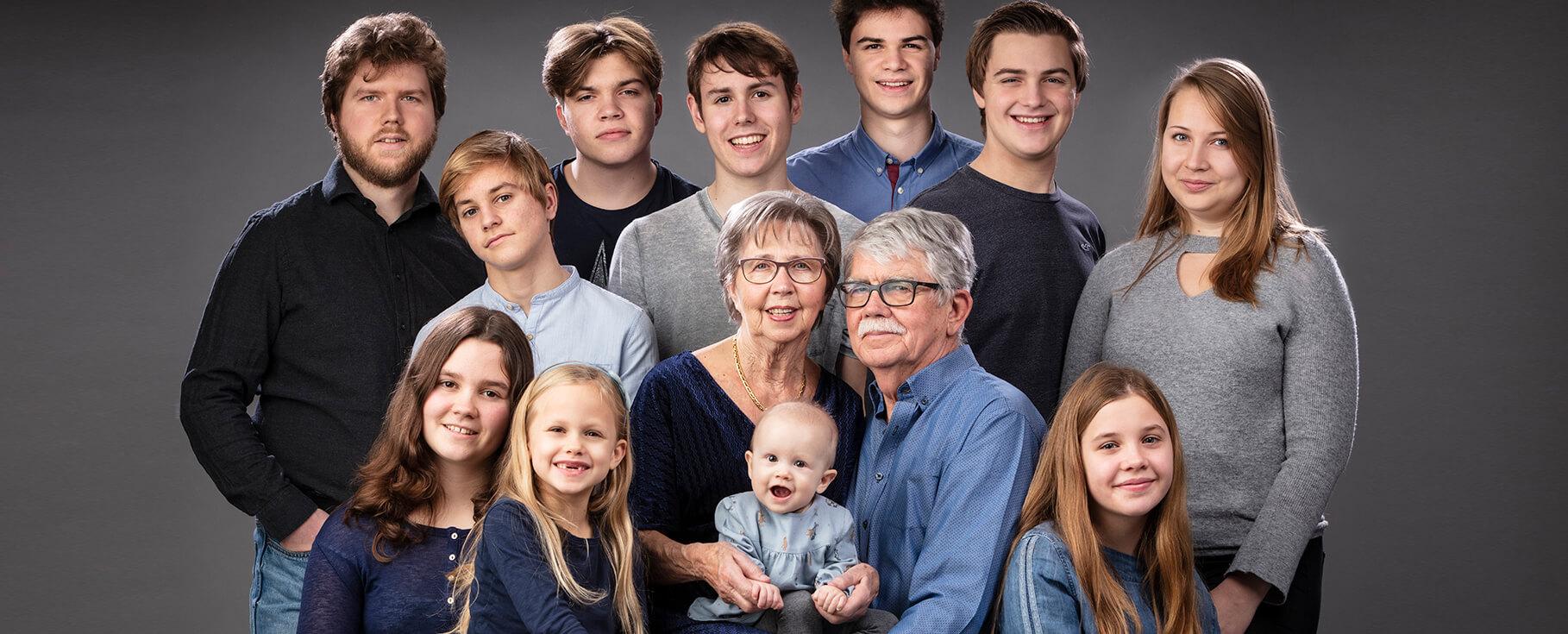 Familiefoto van kleinkinderen met oma en opa